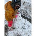 Esmee Builidng her snowman