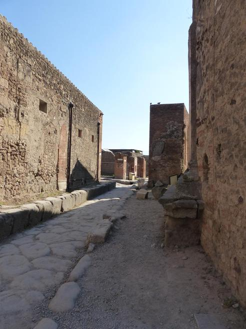 Pompeii had both wide and narrow streets.