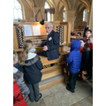 A round on the organ using both hands and feet -3!