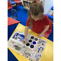 Y1 learning to mix shades of a colour.