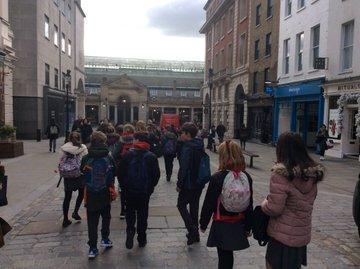 Y6 enjoying Covent Garden in London