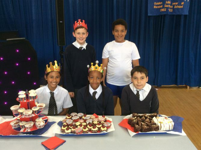 Our Y6 volunteers ready to serve the cakes.