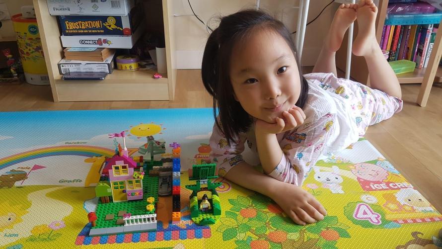 Seulgi N (3S) - Inside den made of lego.