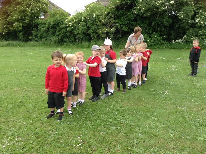 We made a caterpillar of children on the field today.