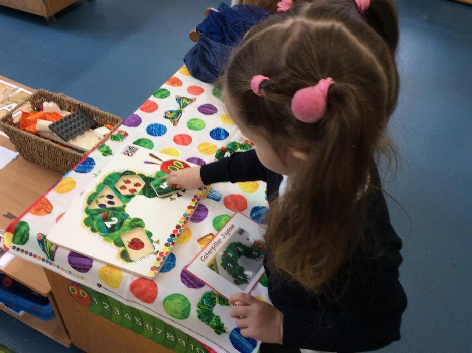 Caterpillar jigsaw, count the fruit.
