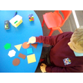 Using everyday language to describe the properties of 2D shapes