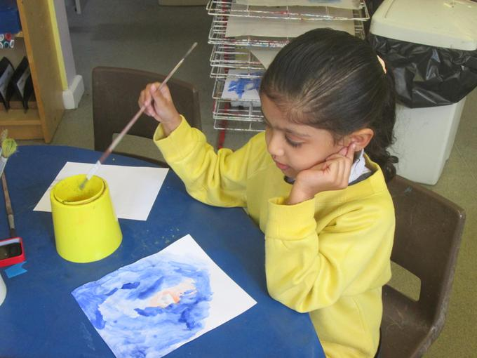 Mixing colours to paint a jellyfish
