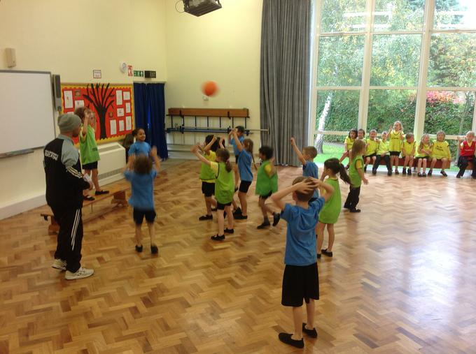 PE - bench ball competition