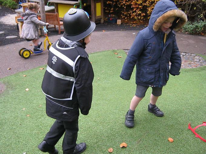 Policeman chasing burgular