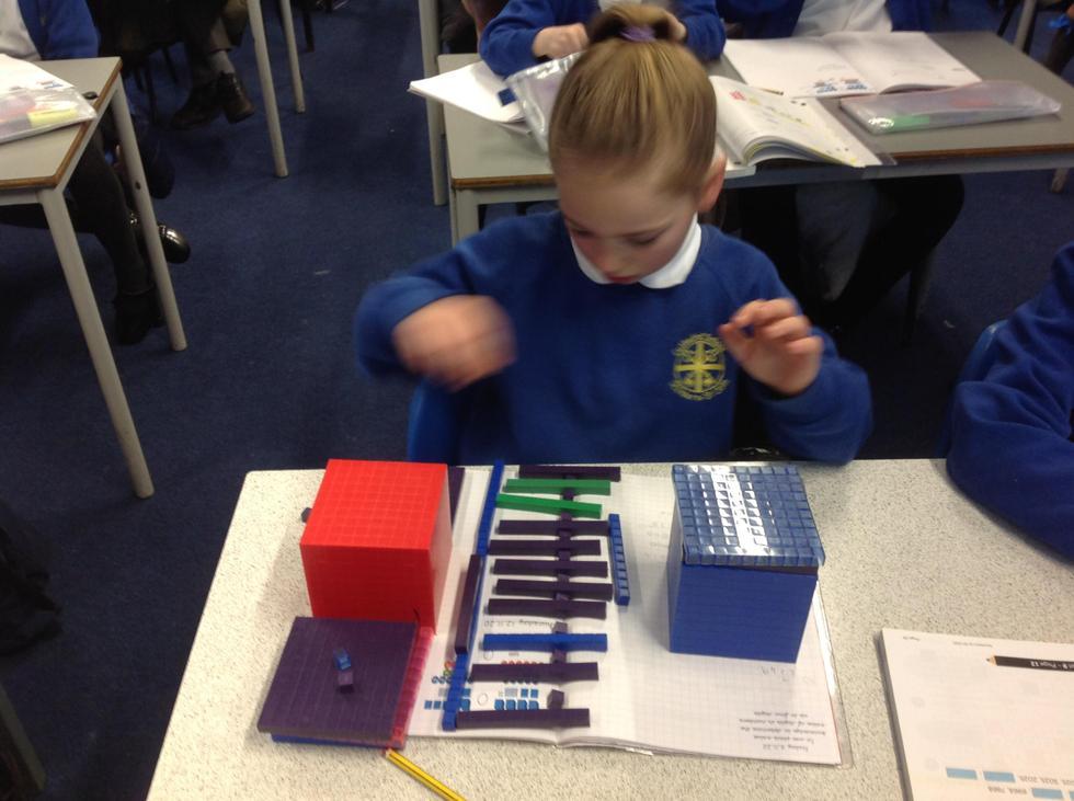 Representing three-digit numbers using practical resources.