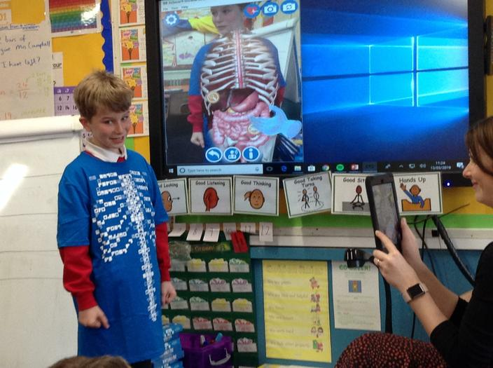 Using curiscope t-shirts to uncover body facts.
