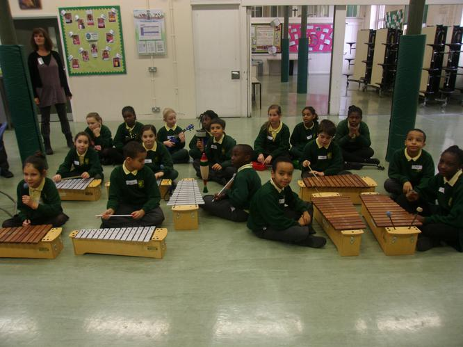 A class enjoying some tuned percussion