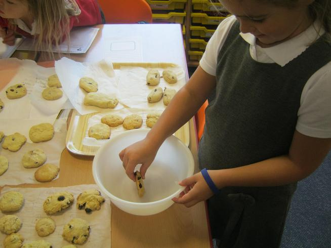 The children made cookies to be dunked