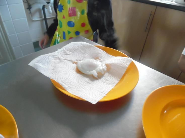 Use kitchen paper to absorb the excess water