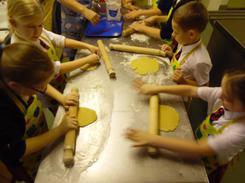 Roll the dough into a thickness of 5mm.