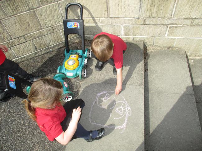 We like to draw with chalk!