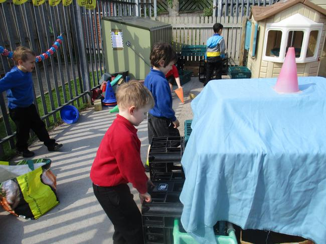 We built dens and hideouts to spy on minibeasts.