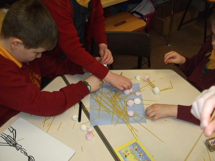 Building with marshmallows and spaghetti