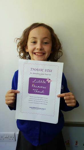 Jessica(4MG) Giving hair to Little Princess Trust