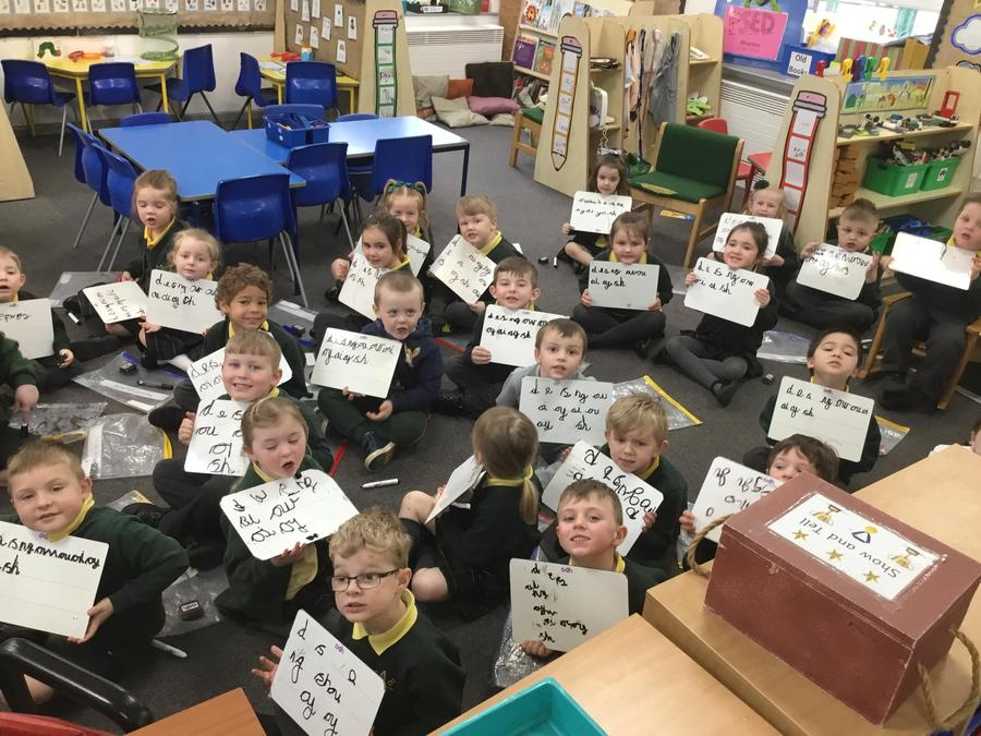 Independent writing during a phonics lesson