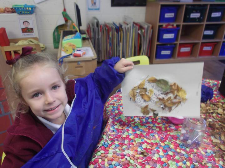 using autumn leaves to create a hedgehog picture