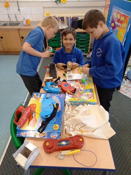 Exploring toys that do and don't use electricity.