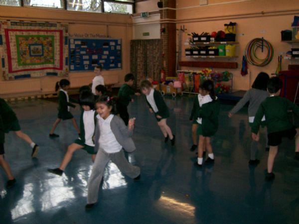 We make collabarative dance routines.