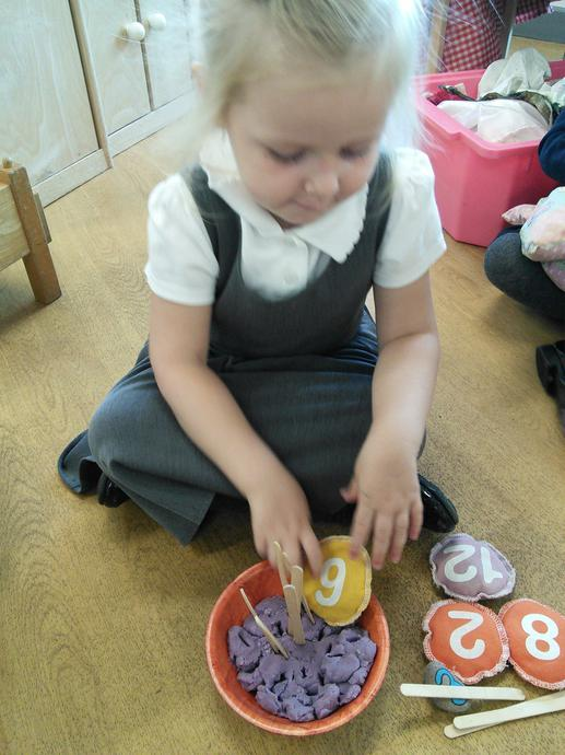 1:1 counting and number matching on the cake!