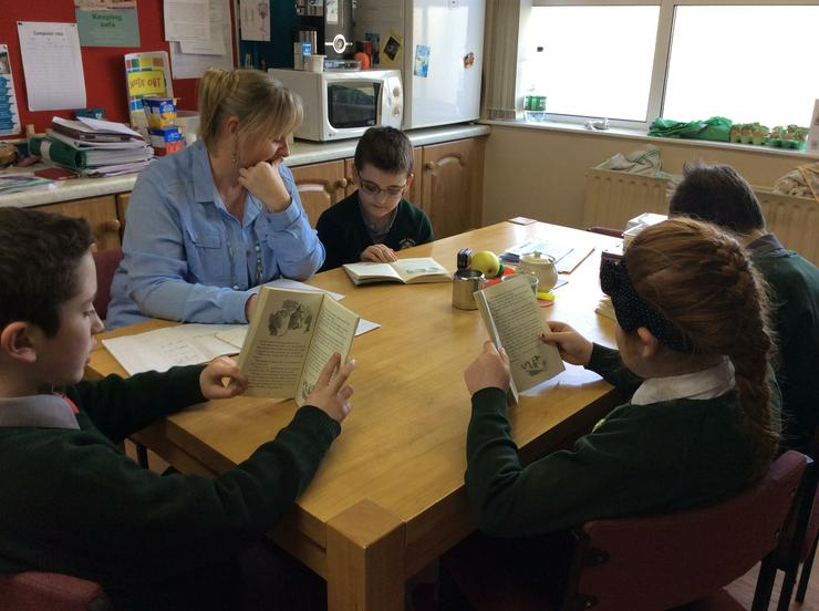 Erin, Cormac, Eoin and Brandon reading with Sharon