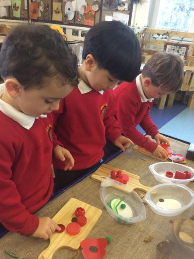 Using loose parts to make a poppy