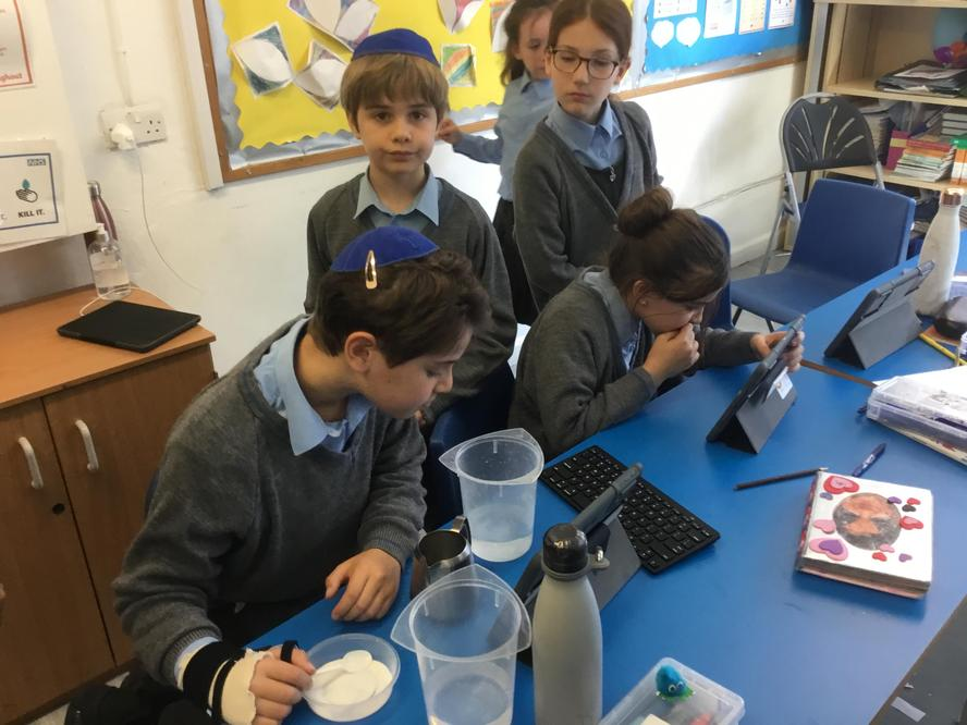 What effects the rate sugar dissolves?