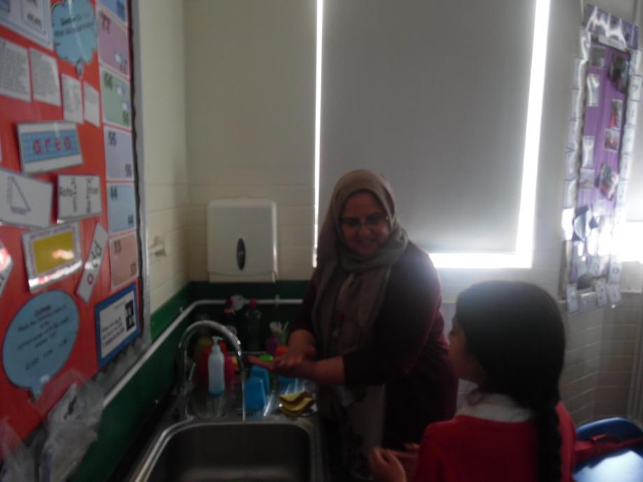 Hiba talking through the correct way to wash hands