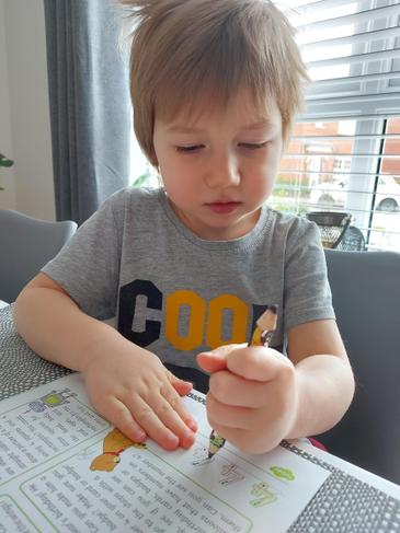 Kacper practicing to write to number 4.