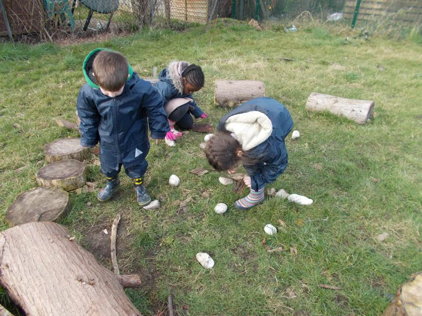 The children look for suitable materials