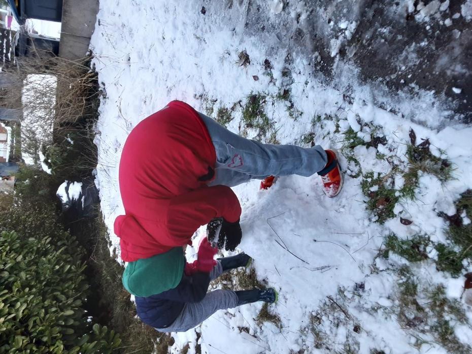 Simone builds a snowmn,