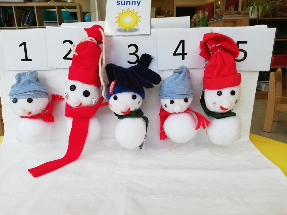 How many snowmen with funny hats do you see?