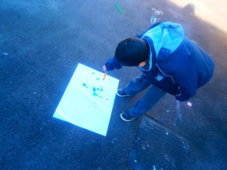 Naji using a pincer grip to squirt paint