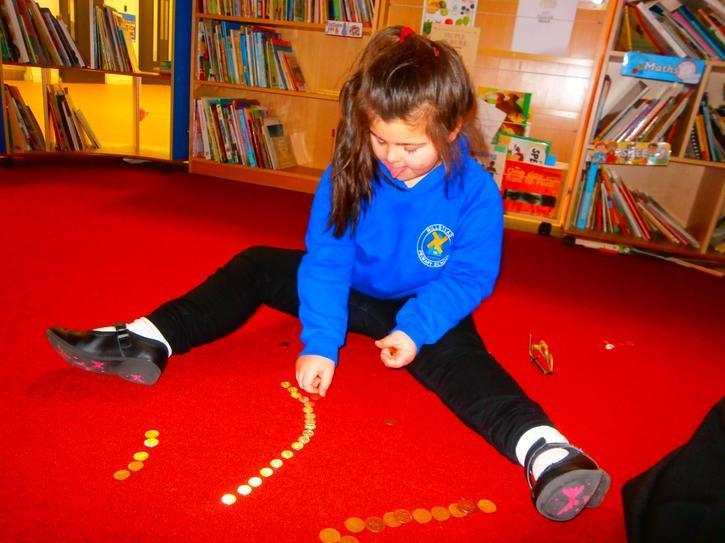 Jasmine sorting coins into 3 groups independently