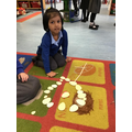 Hafsa creates a flower like the flowers she has at home in her garden