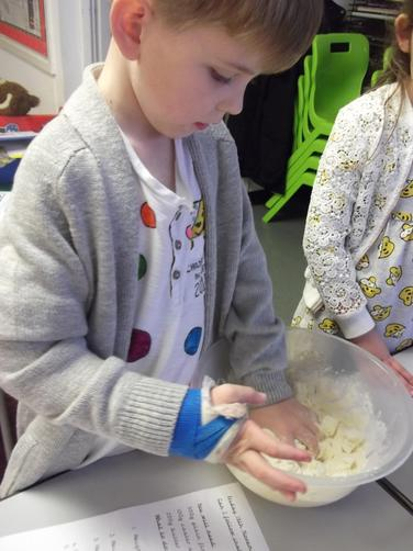 Rubbing flour and sugar into butter