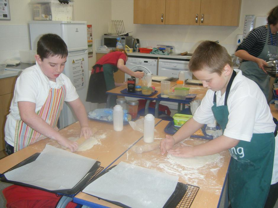 Year 5 making pizzas