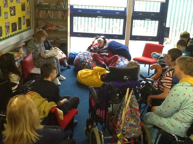 The students took turns to read a book