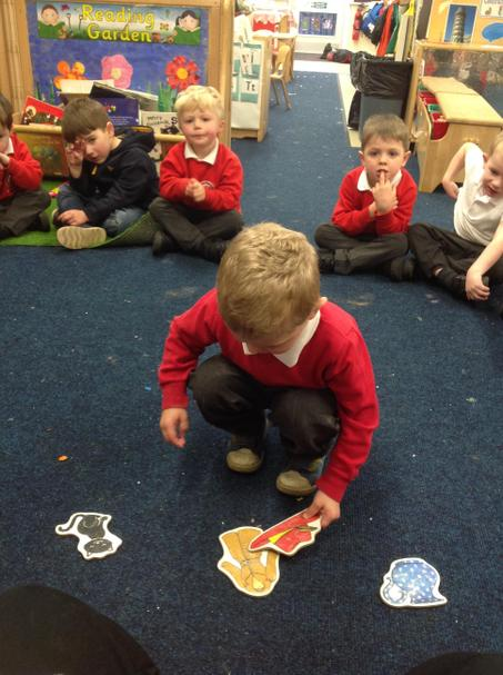 Sorting rhyming pictures.