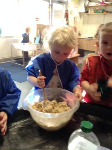 The children make their own playdough.