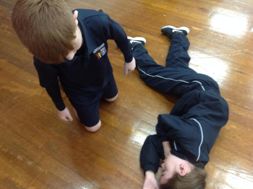 Assessing a head injury and applying pressure