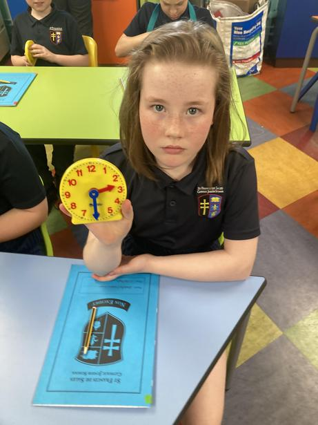 Using the handheld clocks to show understanding of time