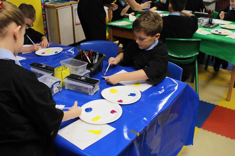 Working independently to create our colour wheels.