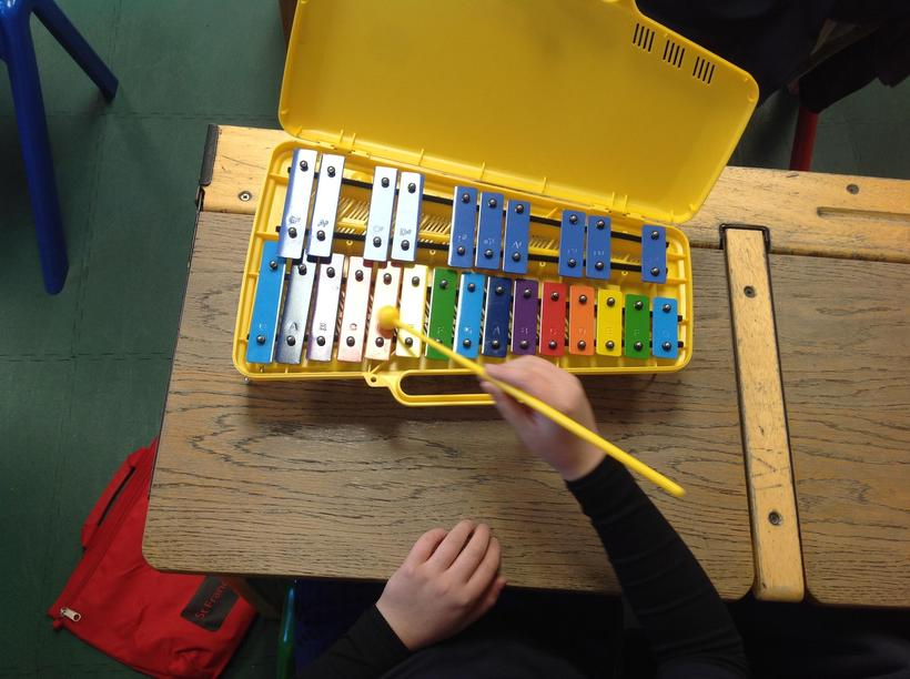 Learning how to play a short melody on the glockenspiels
