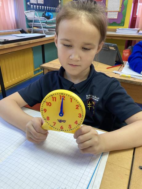 Using concrete resources to help us tell the time