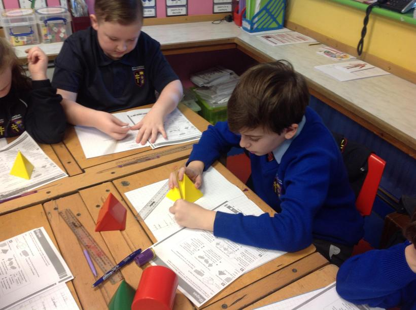 Using models to support understanding of 3D shapes